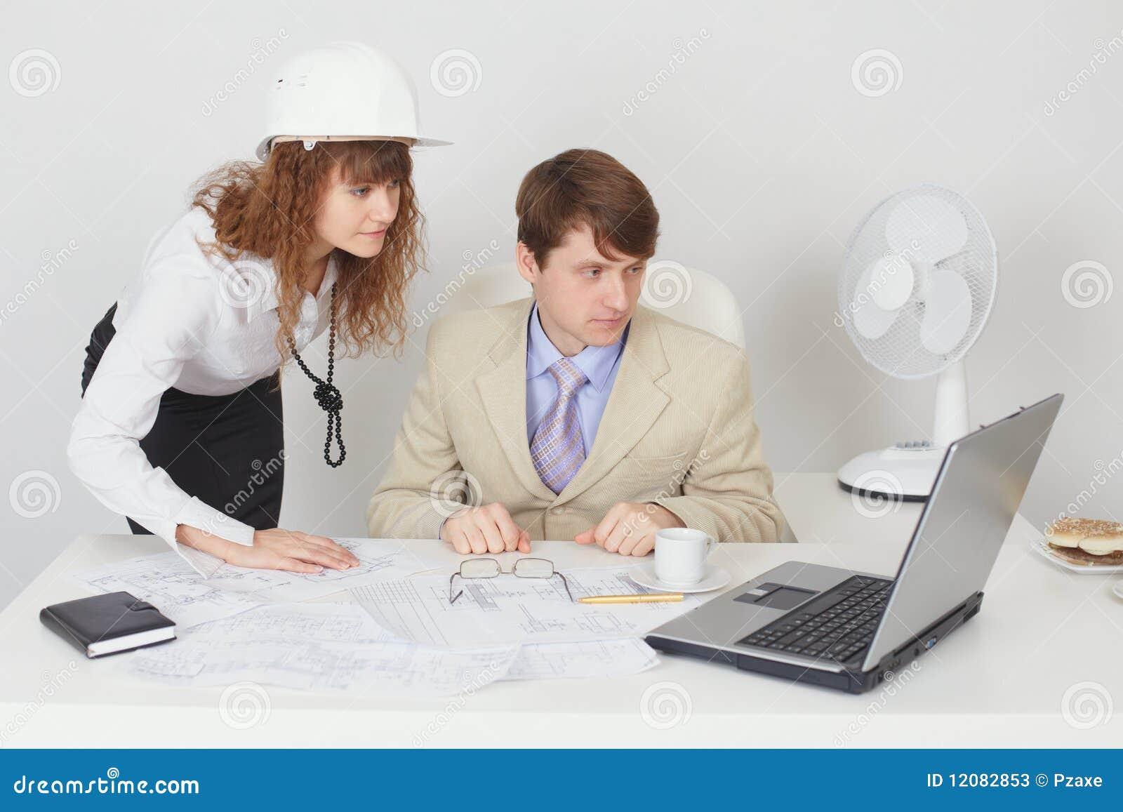 Trabajo de los hombres de negocios en la oficina con la for Xxx porno en la oficina