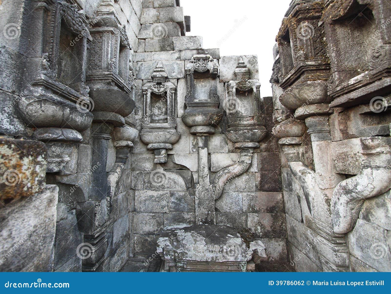 Trabajo de piedra detallado en Candi Sewu