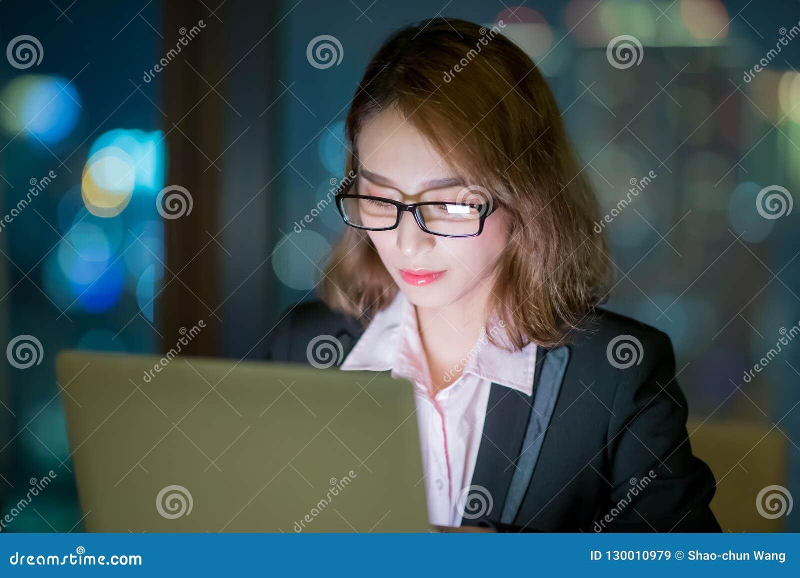 Trabajo del cuaderno del uso de la mujer