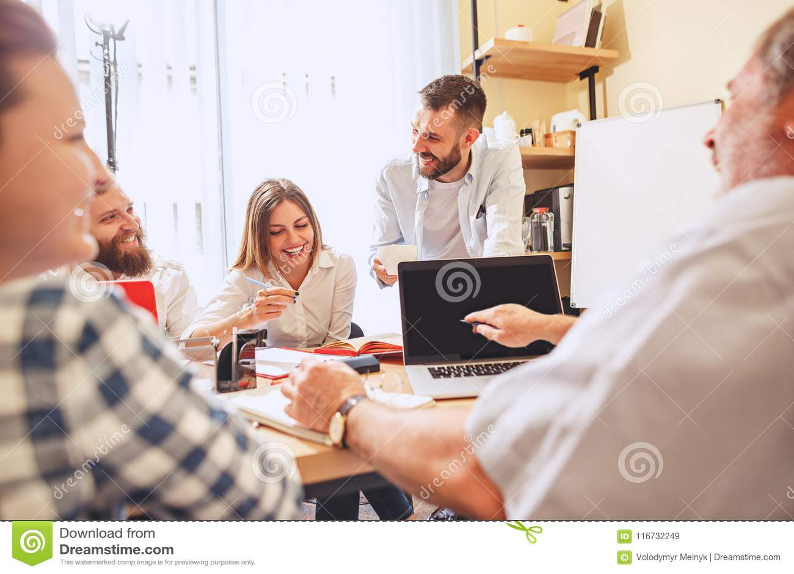 Trabajo del equipo Businessmans jovenes de la foto que trabajan con nuevo proyecto en oficina