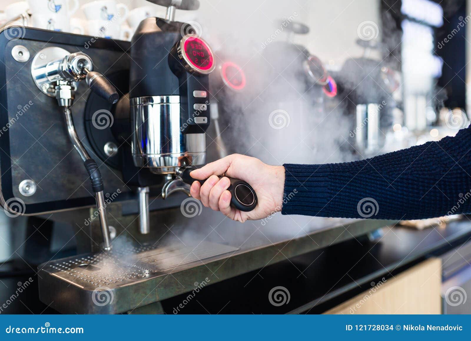 Trabajo e interiores de la cafetería