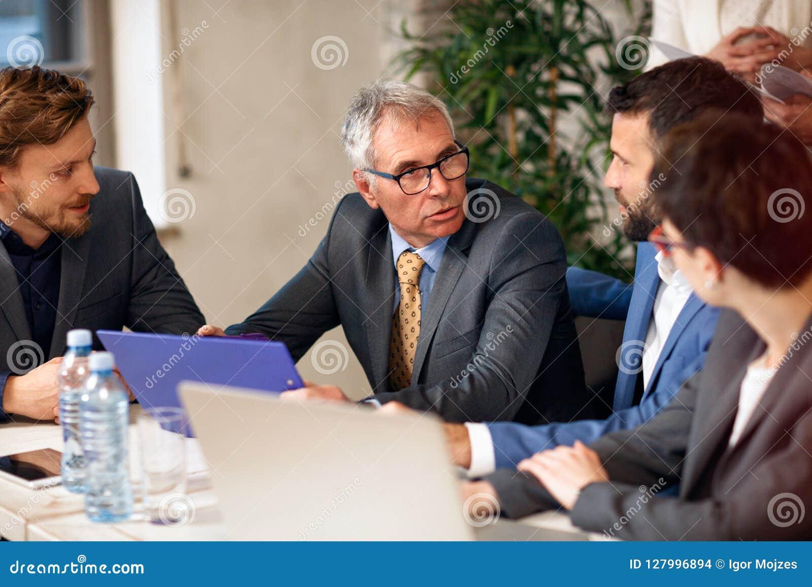 Trabajo en equipo - compañeros de trabajo que trabajan el gran trabajo del negocio