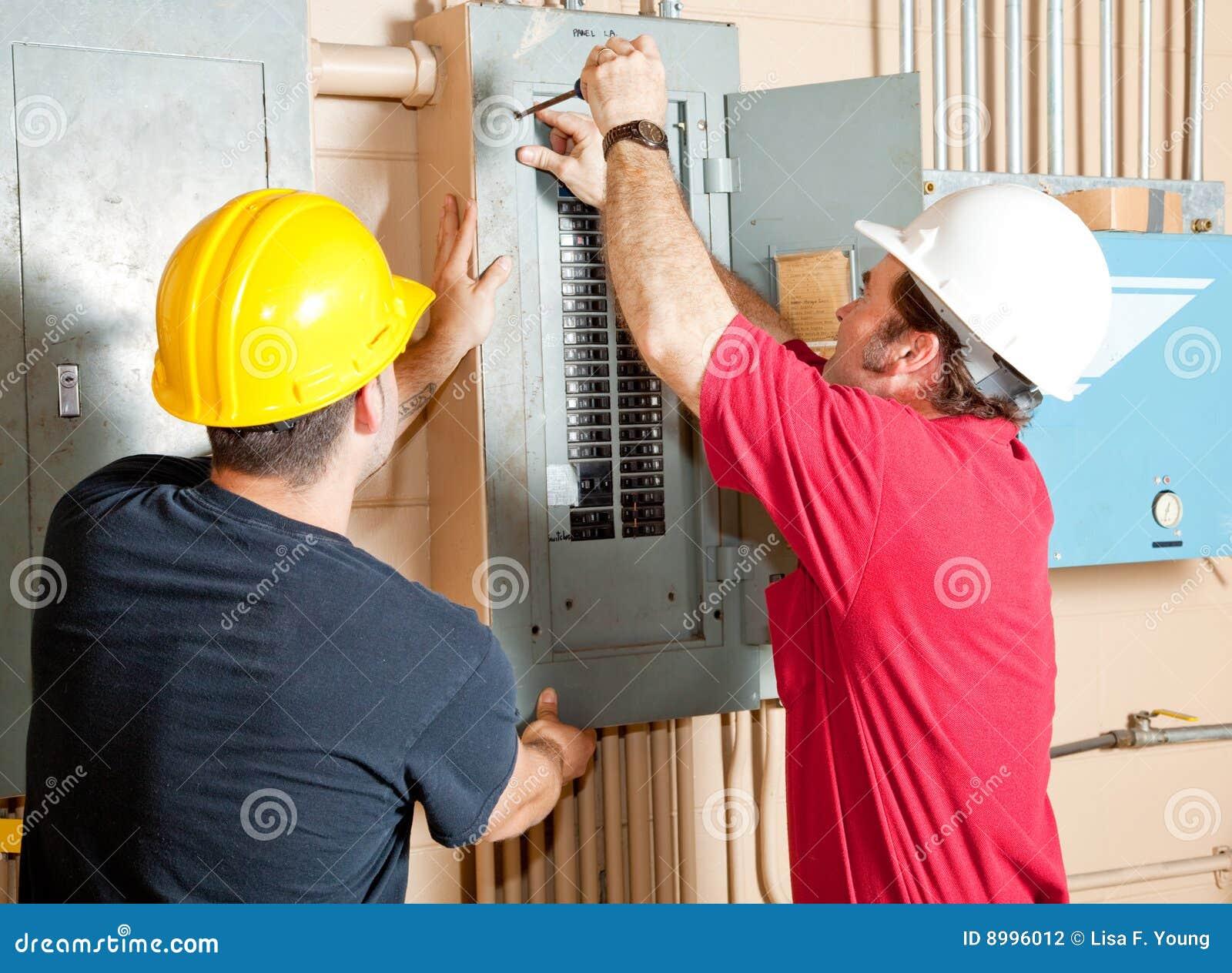 Trabajo en equipo del electricista fotograf a de archivo for Trabajo de electricista en malaga