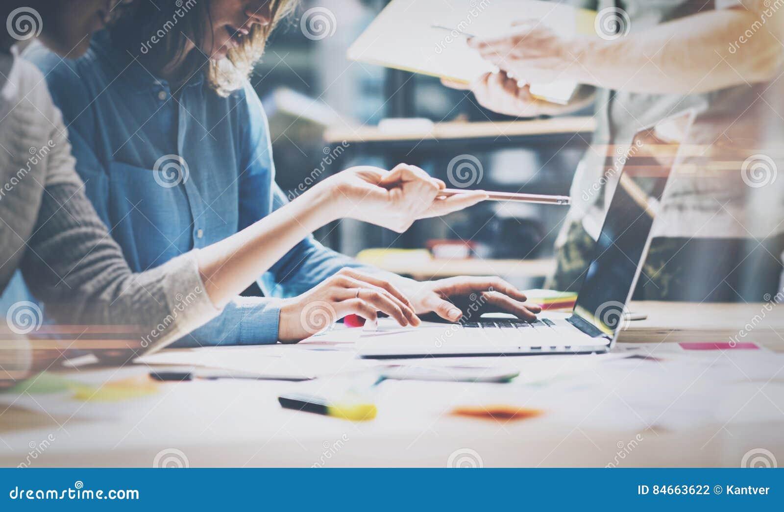 Trabajo en equipo, inspirándose concepto Los encargados creativos jovenes combinan el trabajo con nuevo proyecto de inicio en ofi