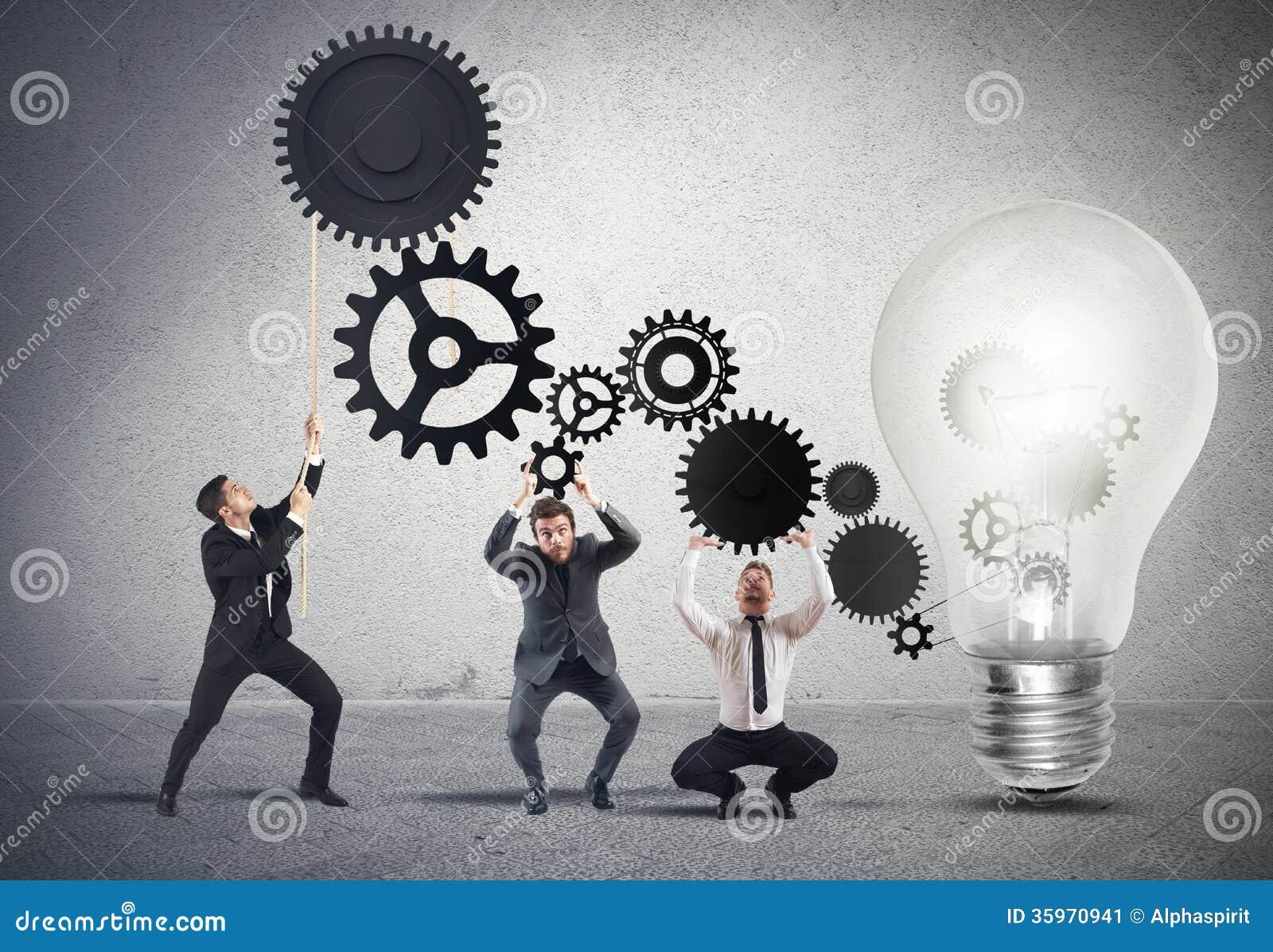 Trabajo en equipo que acciona una idea