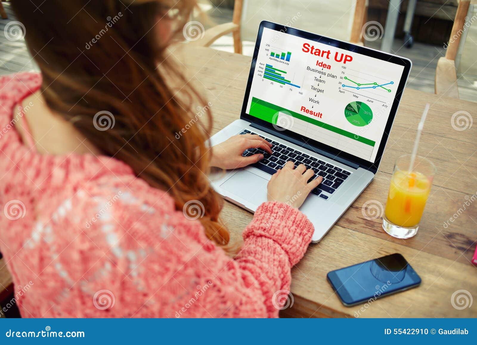 Trabajo femenino joven del empresario con las estadísticas datos y funcionamiento el analizar en su cuaderno
