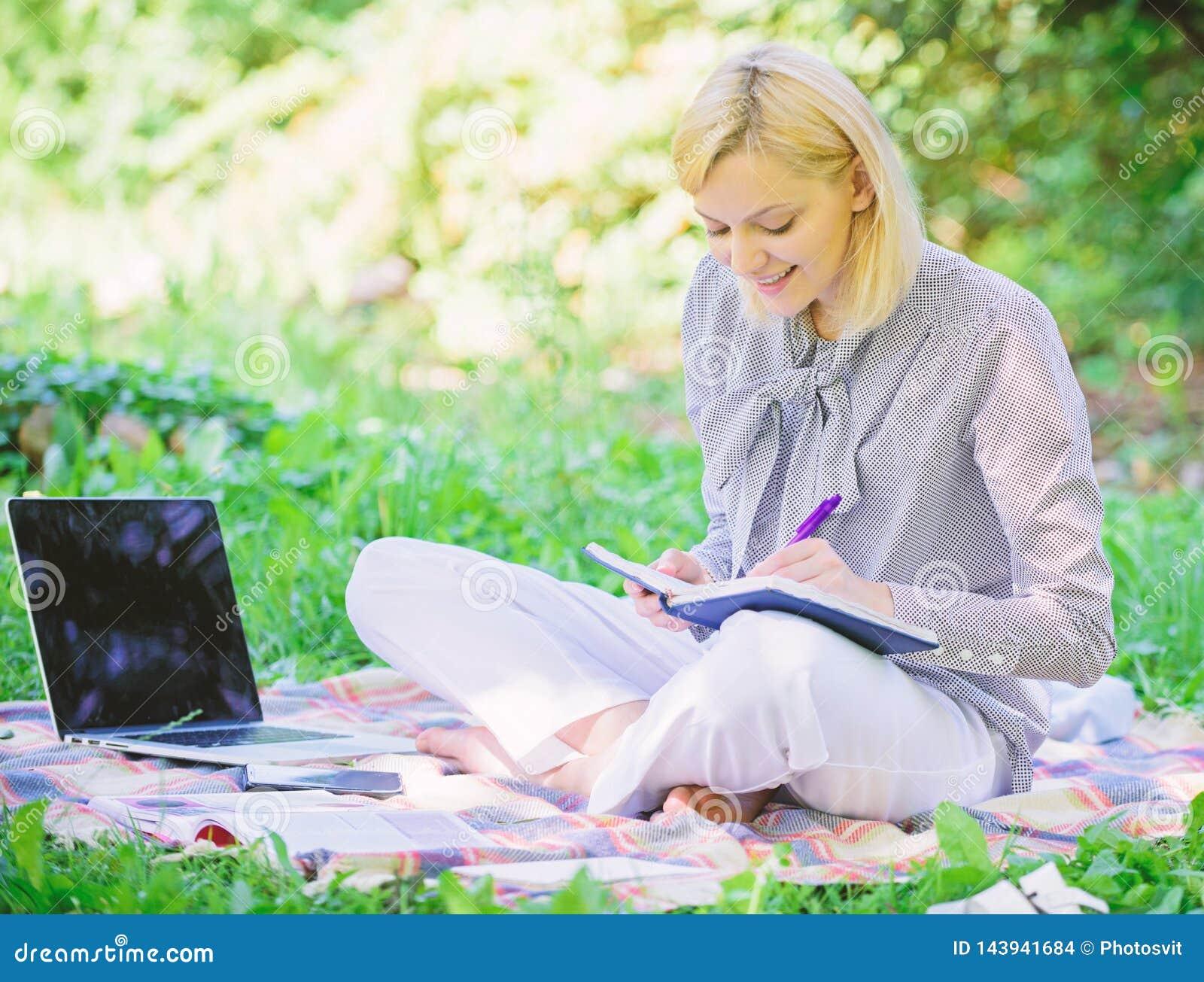Trabajo independiente de la señora del negocio al aire libre Freelancer acertado convertido Concepto independiente de la carrera