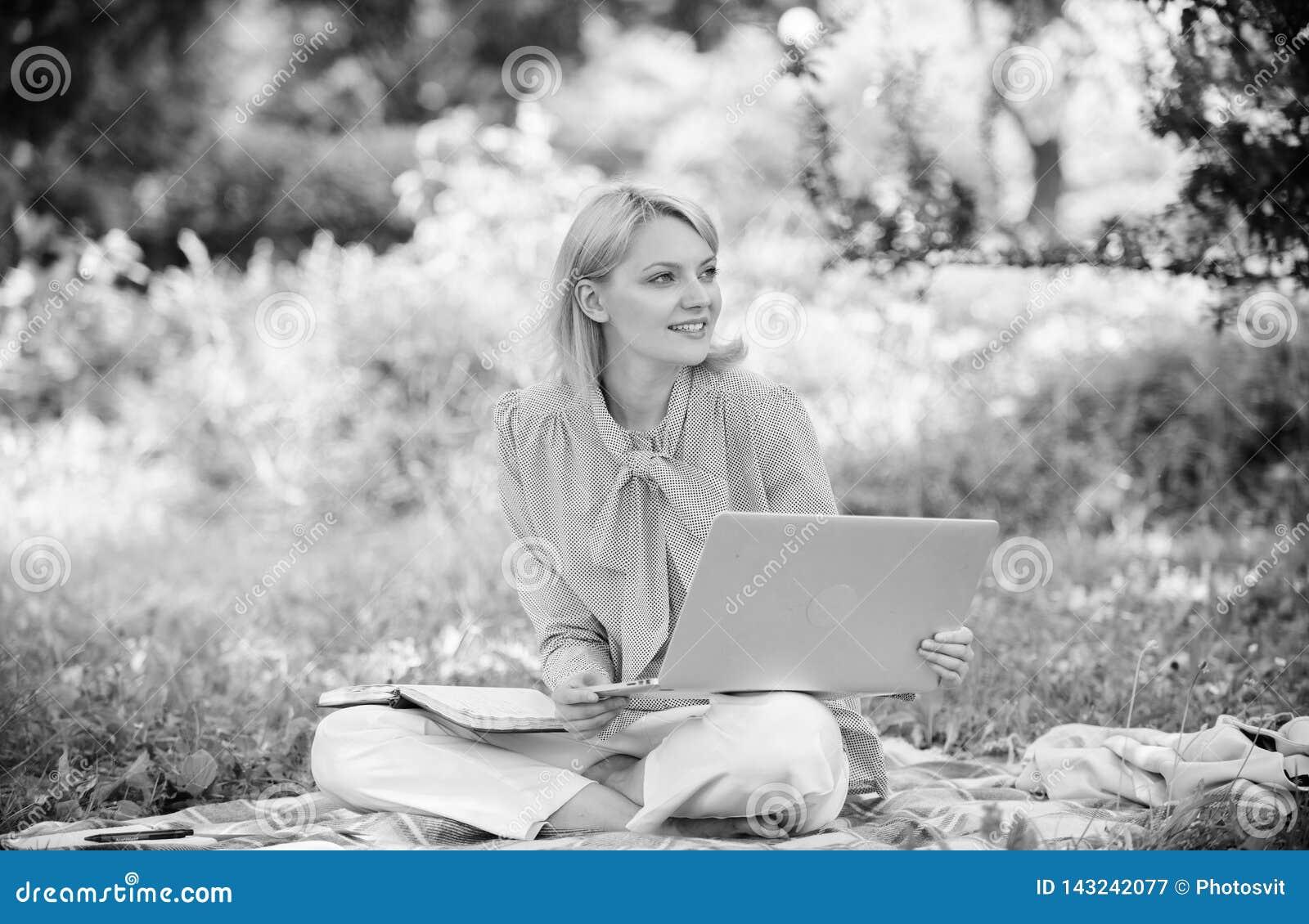Trabajo independiente de la señora del negocio al aire libre Freelancer acertado convertido La mujer con el ordenador portátil se