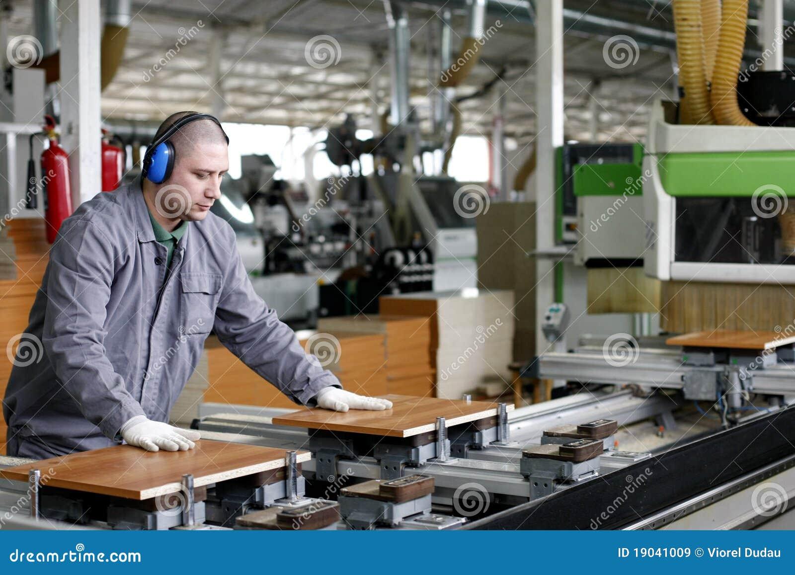 Trabajo industrial - fábrica de madera y de los muebles