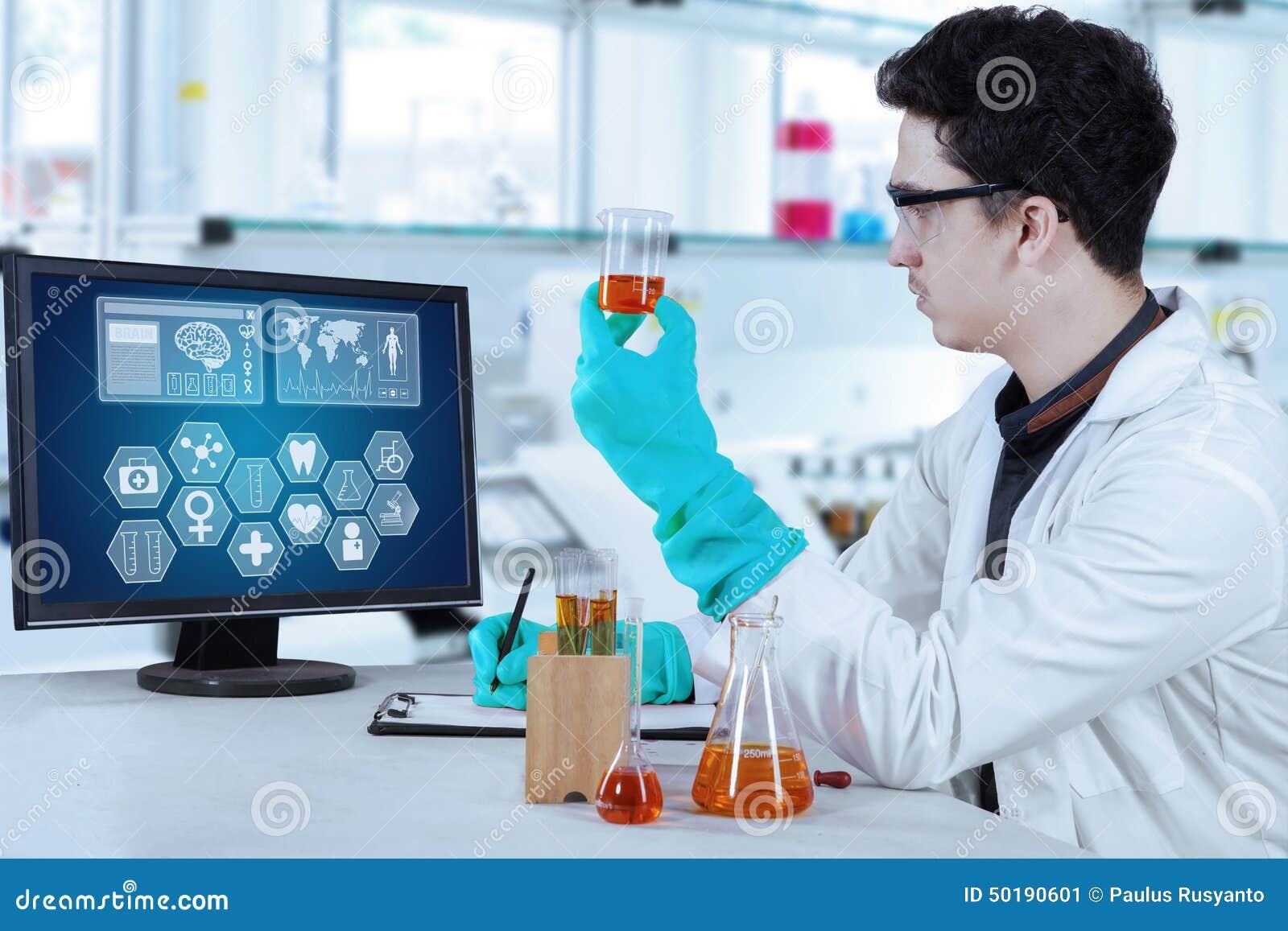 Trabajo Masculino Del Científico En Laboratorio Moderno