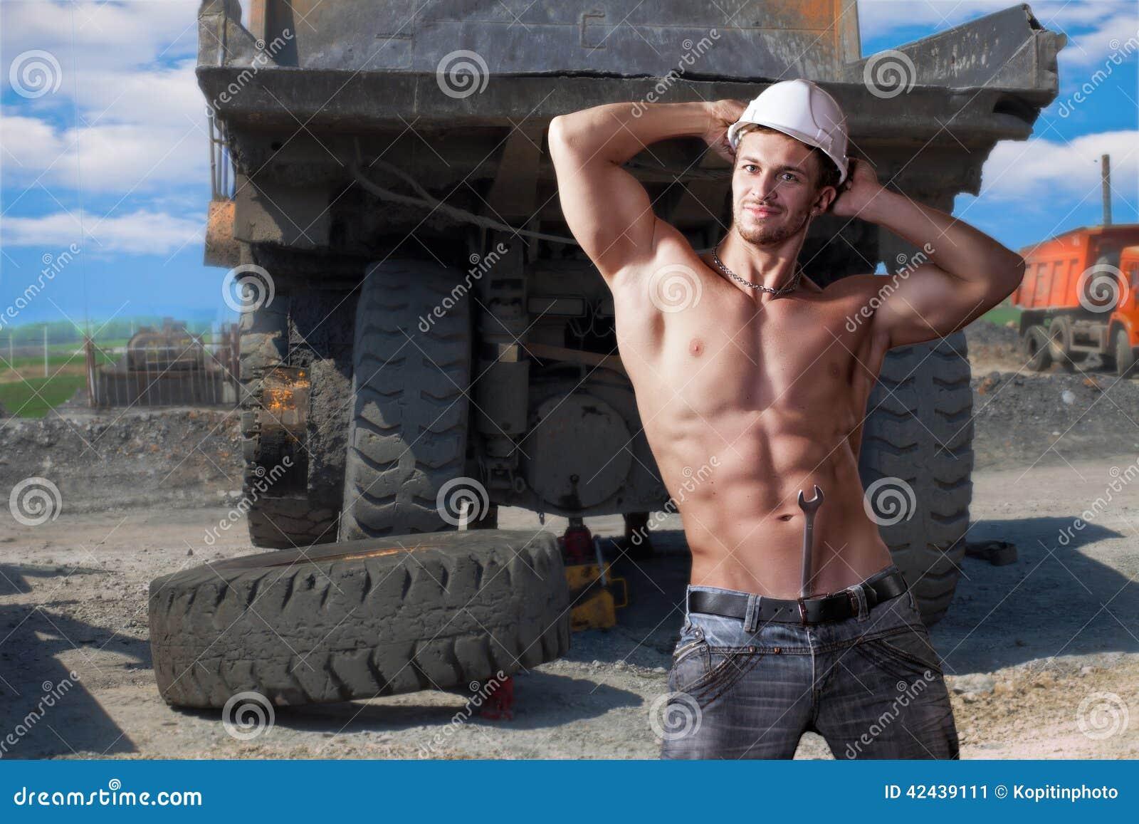Trabajo muscular sobre los camiones volquete del fondo