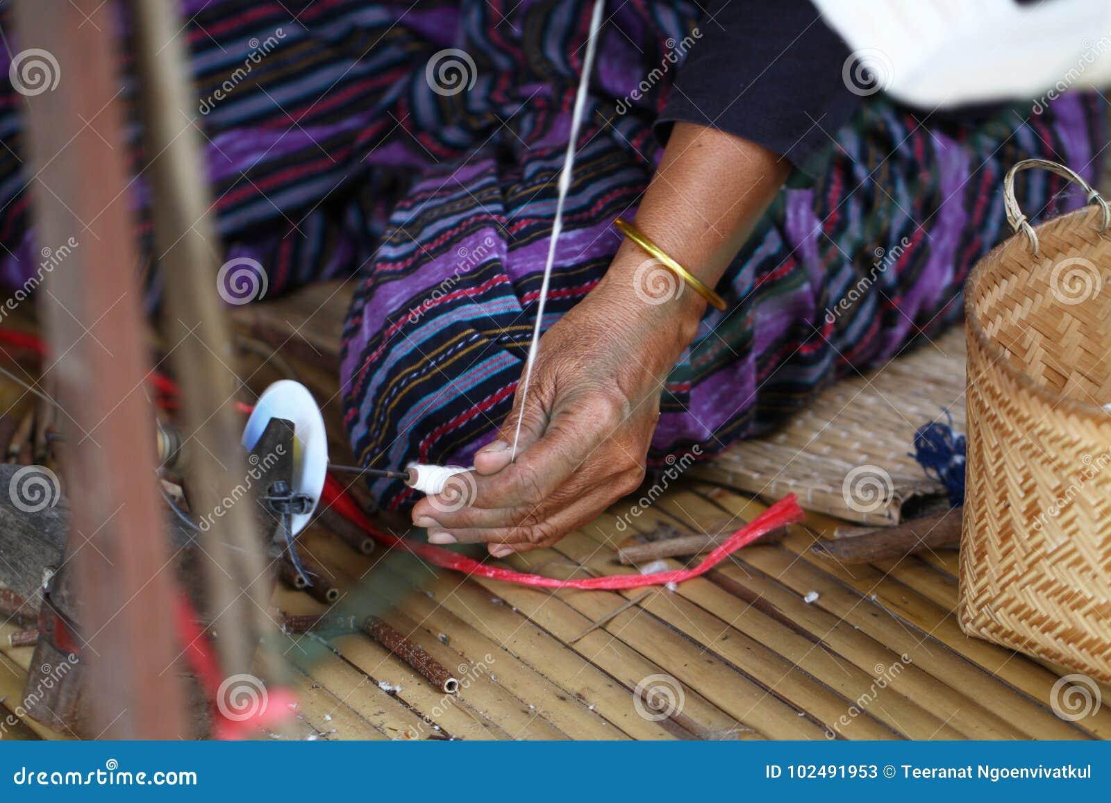 Trabajo que hace punto que teje de la señora tradicional tailandesa, imagen de la actividad de las mujeres, forma de vida rural e