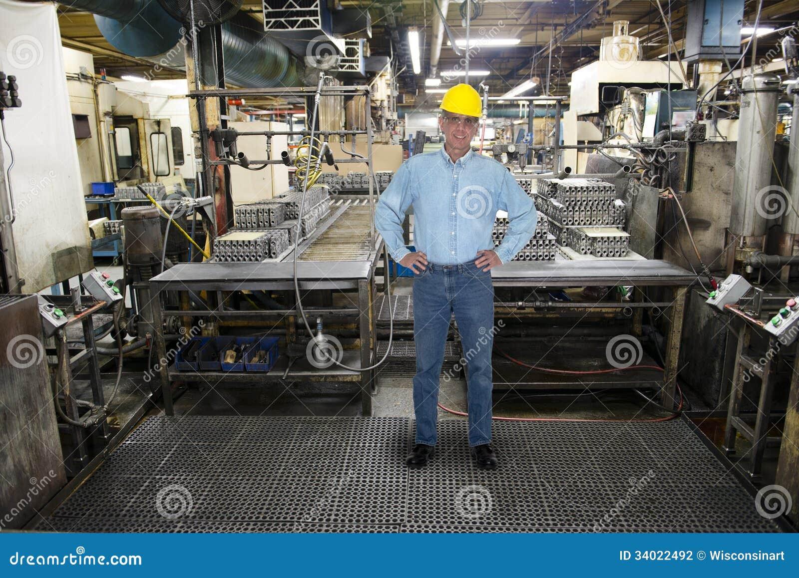 Trabajo sonriente del hombre, fábrica industrial de la fabricación