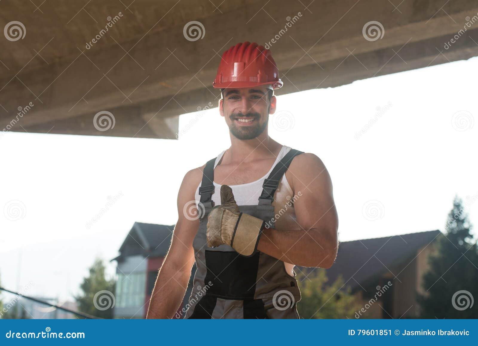 Trabalhador da construção caucasiano feliz Giving Thumb Up