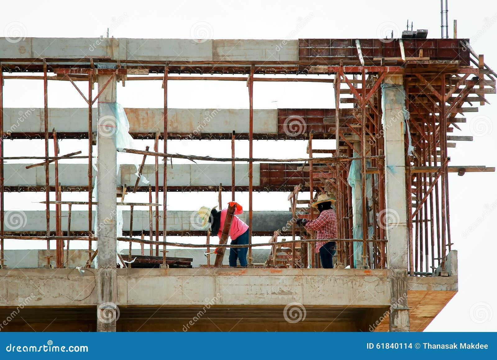 Trabalhador da construção em um andaime