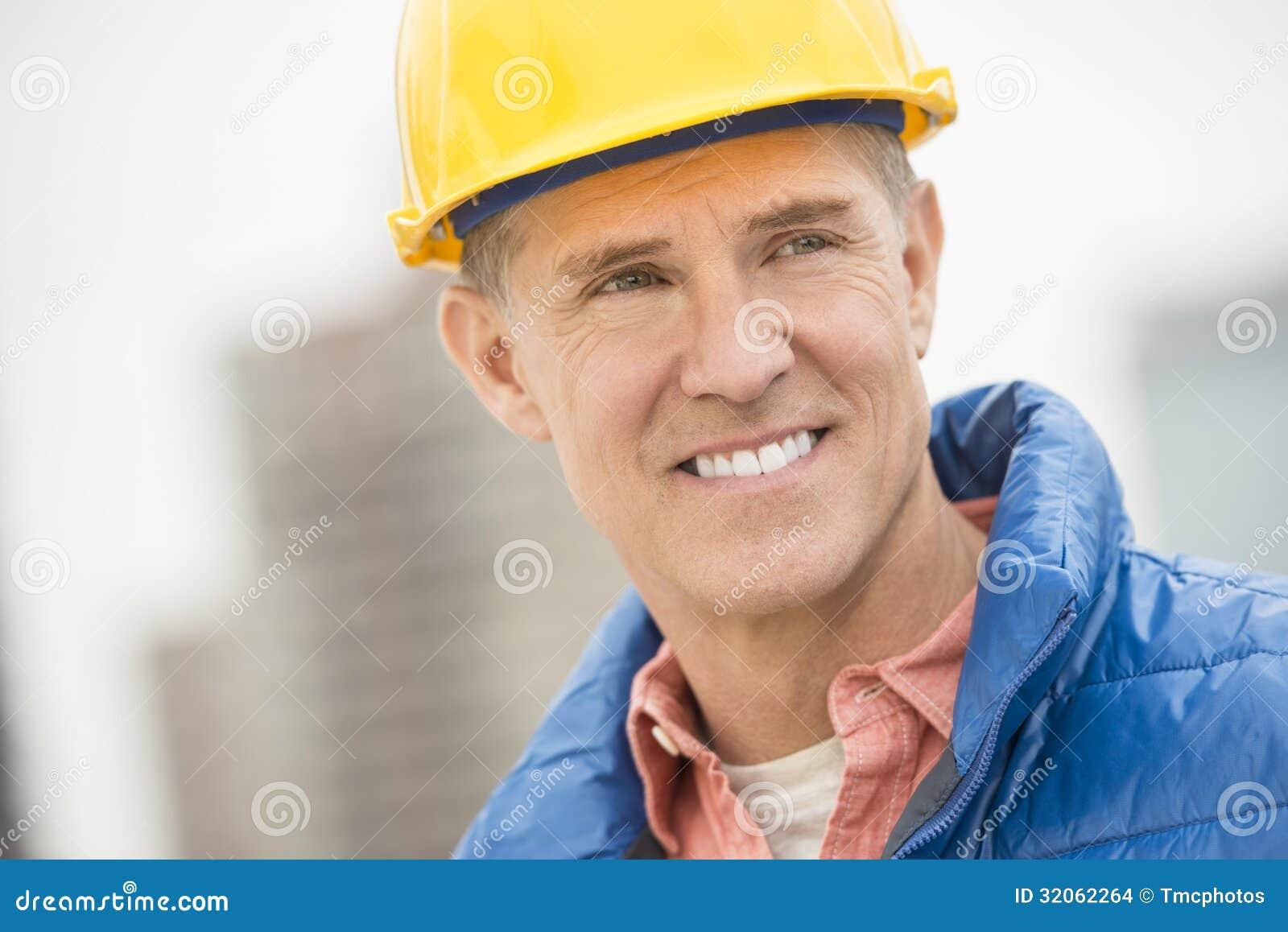 Trabalhador da construção feliz Looking Away
