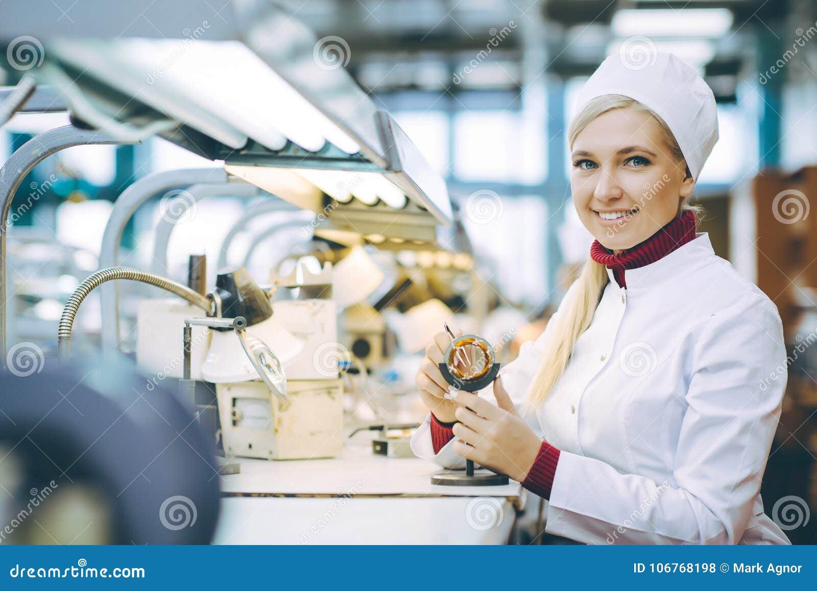 Trabalhador da eletrônica da fábrica