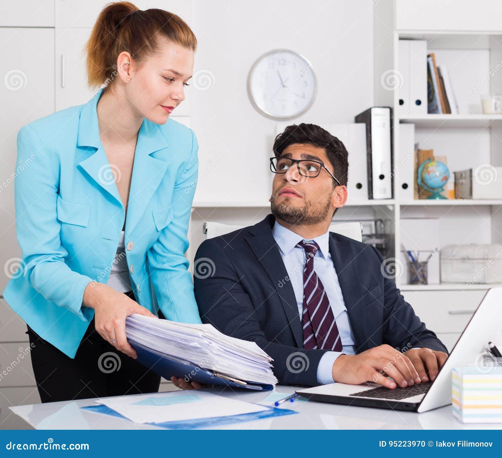 Trabalhador de escritório chocado pela pilha de papéis