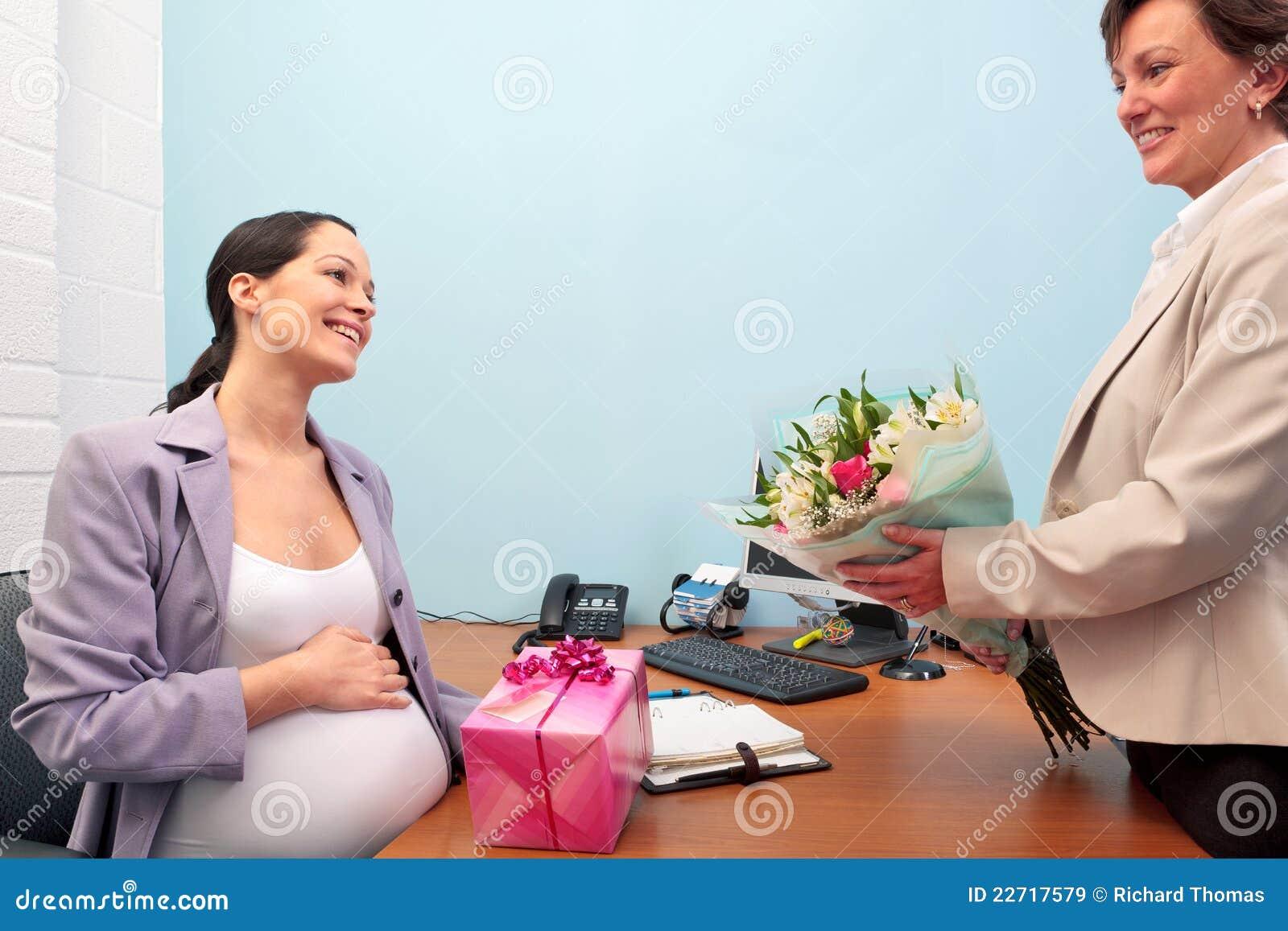 Trabalhador de escritório grávido que vai em licenças de parto.