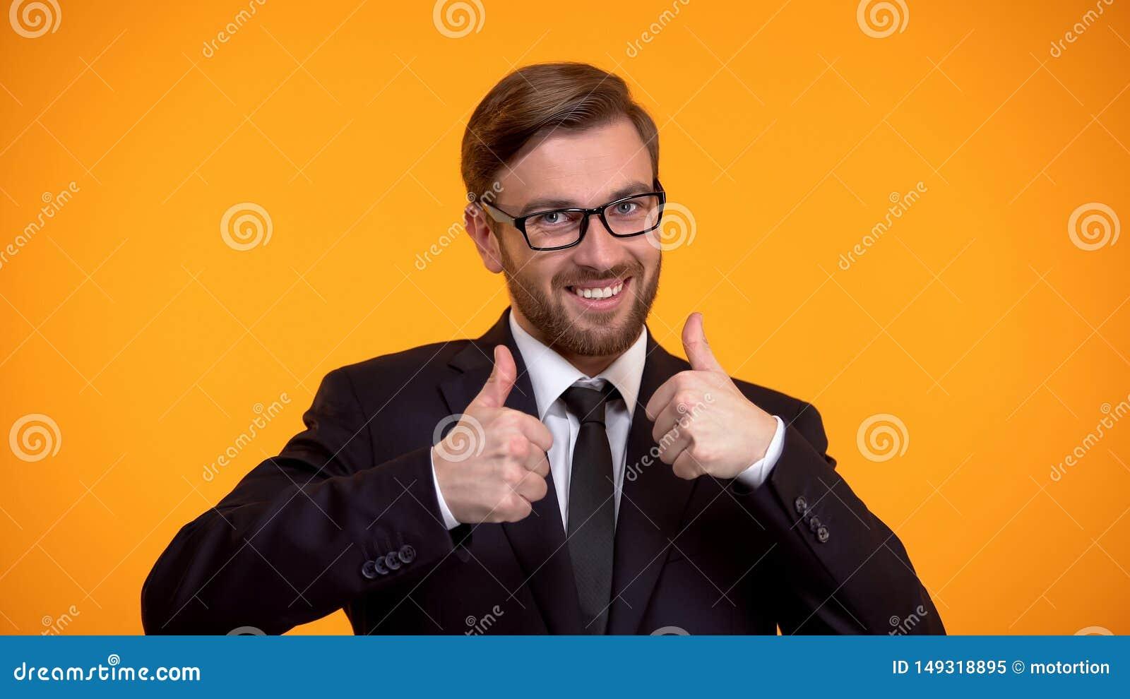Trabalhador de escrit?rio extremamente feliz que mostra os polegares acima, investimento bem sucedido, neg?cio