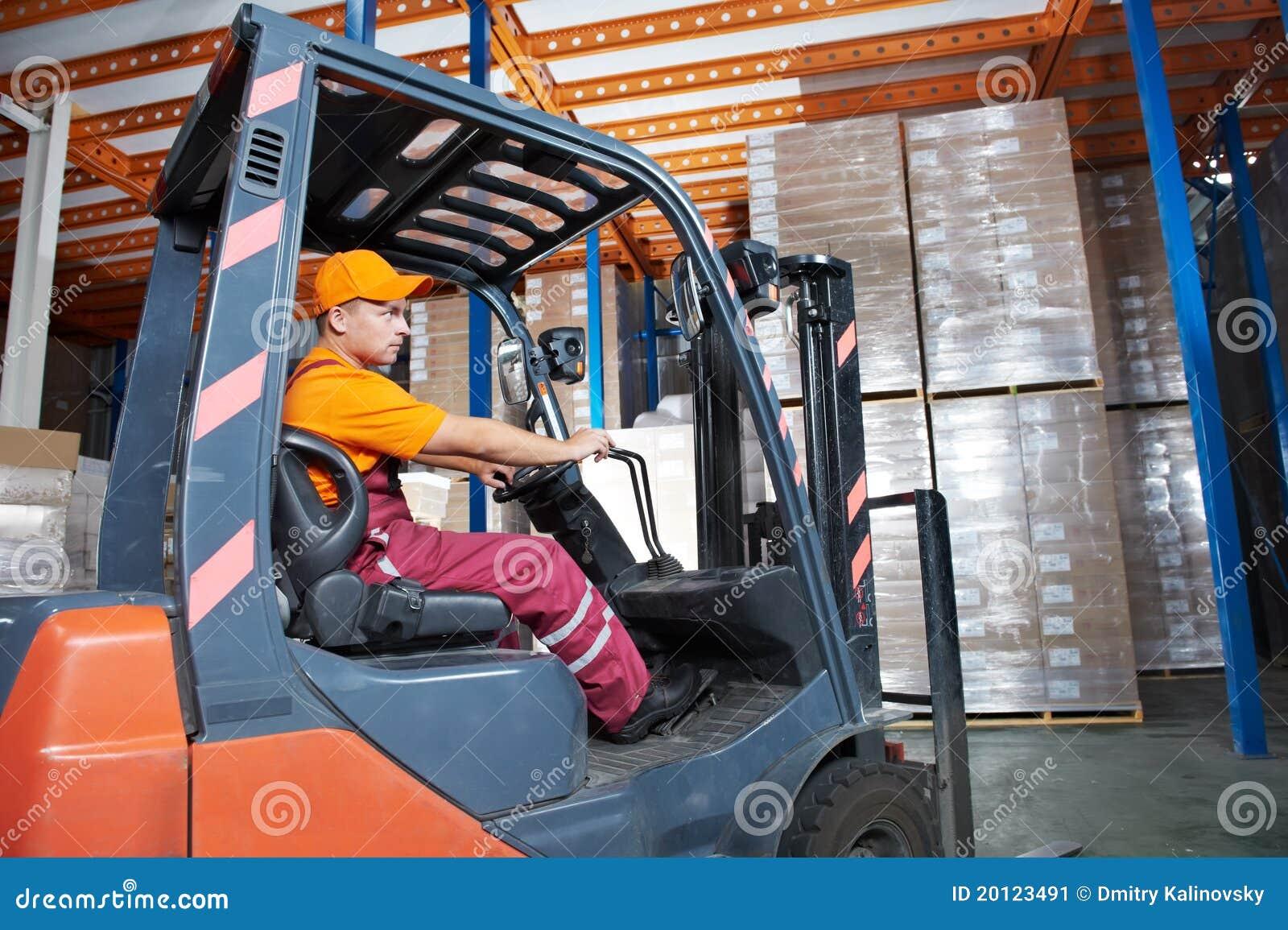Trabalhador do carregador do forklift do armazém