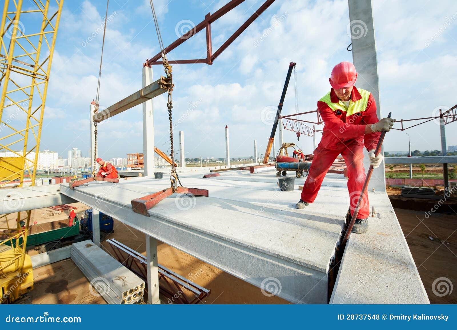 Trabalhador do construtor que instala a laje de cimento