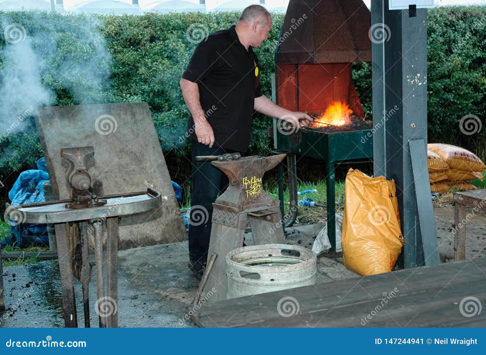 Trabalhador do metal e fornalha de queimadura