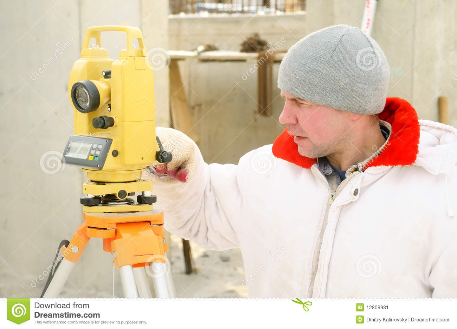 Trabalhador do topógrafo na construção