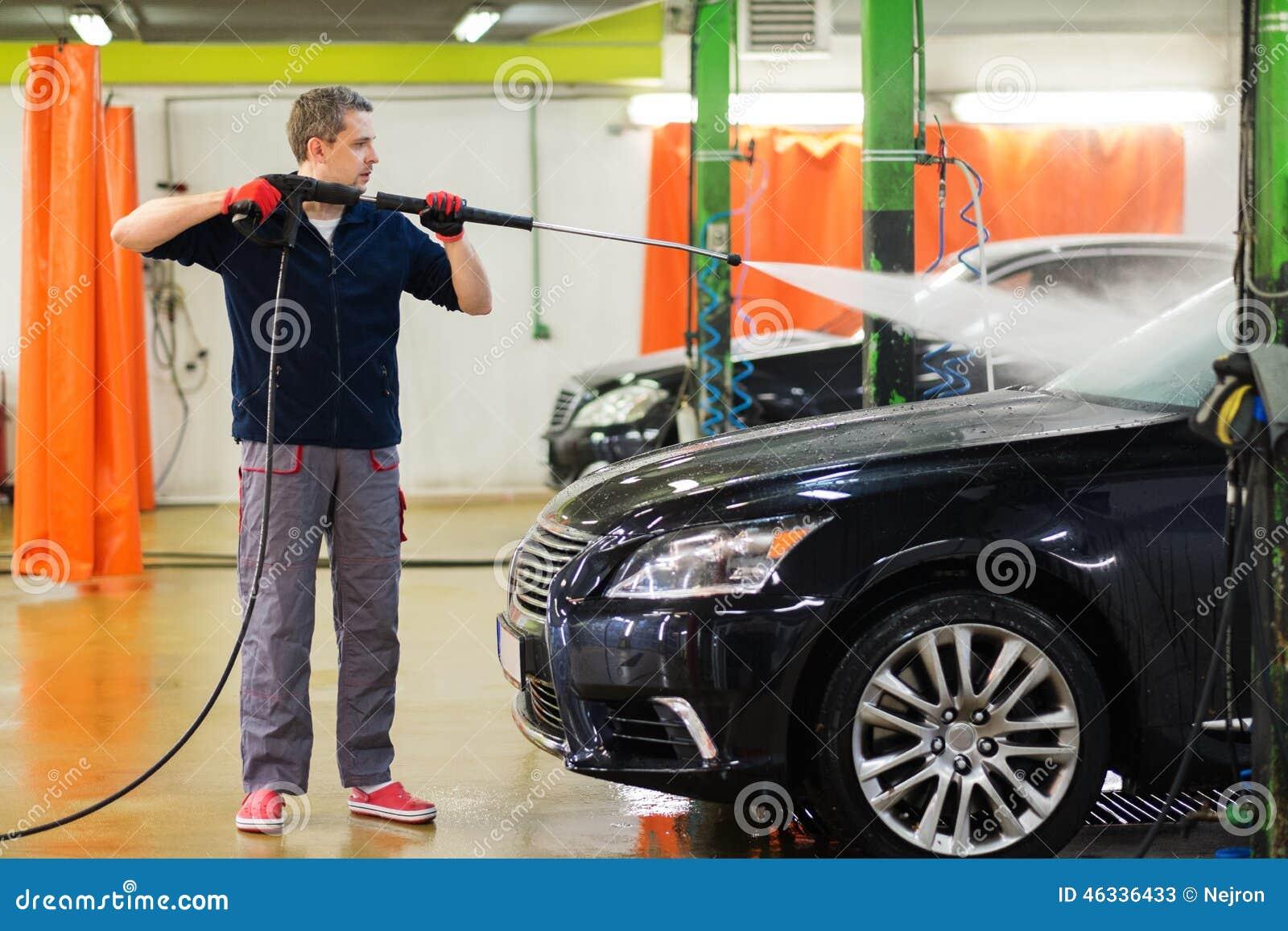 Trabalhador em uma lavagem de carros