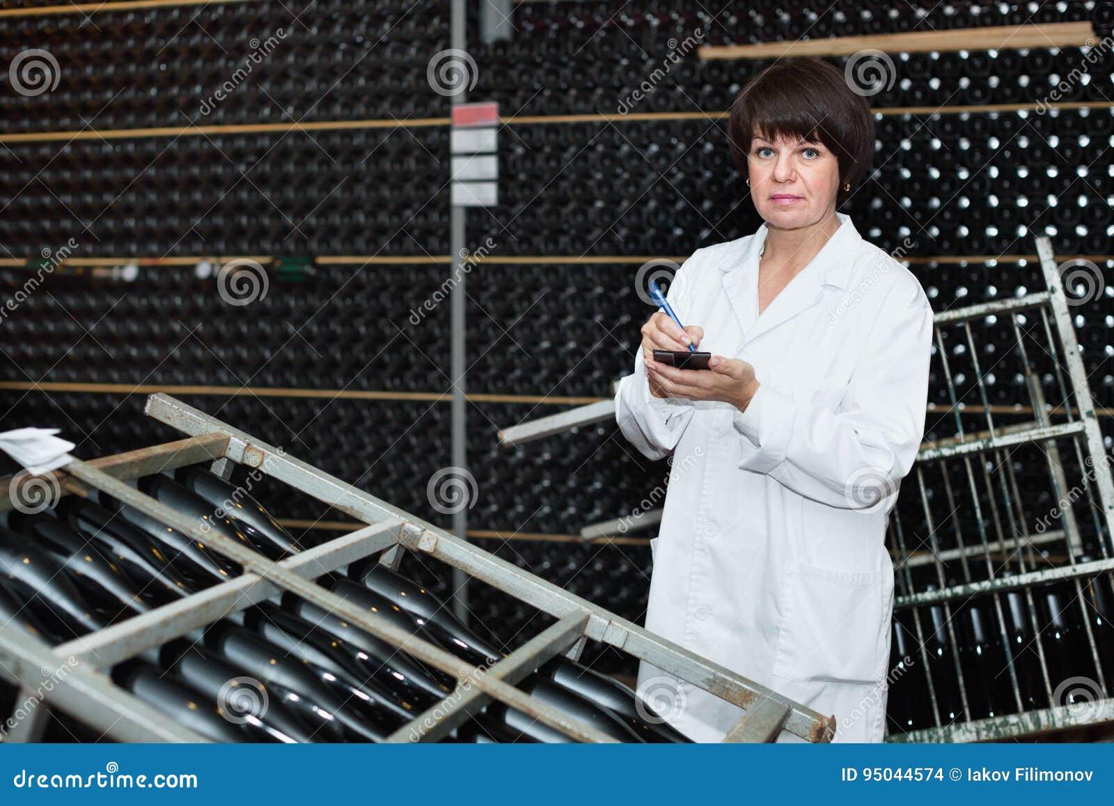 Trabalhador fêmea que verifica a fermentação secundária