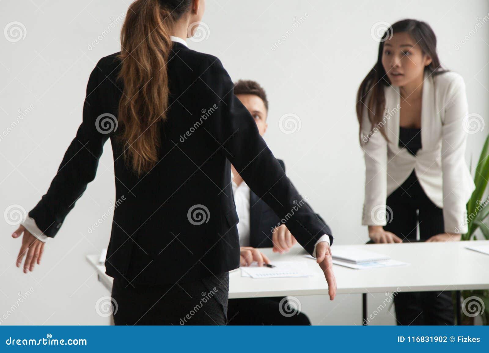 Trabalhador fêmea responsabilizado por colegas na falha de negócio