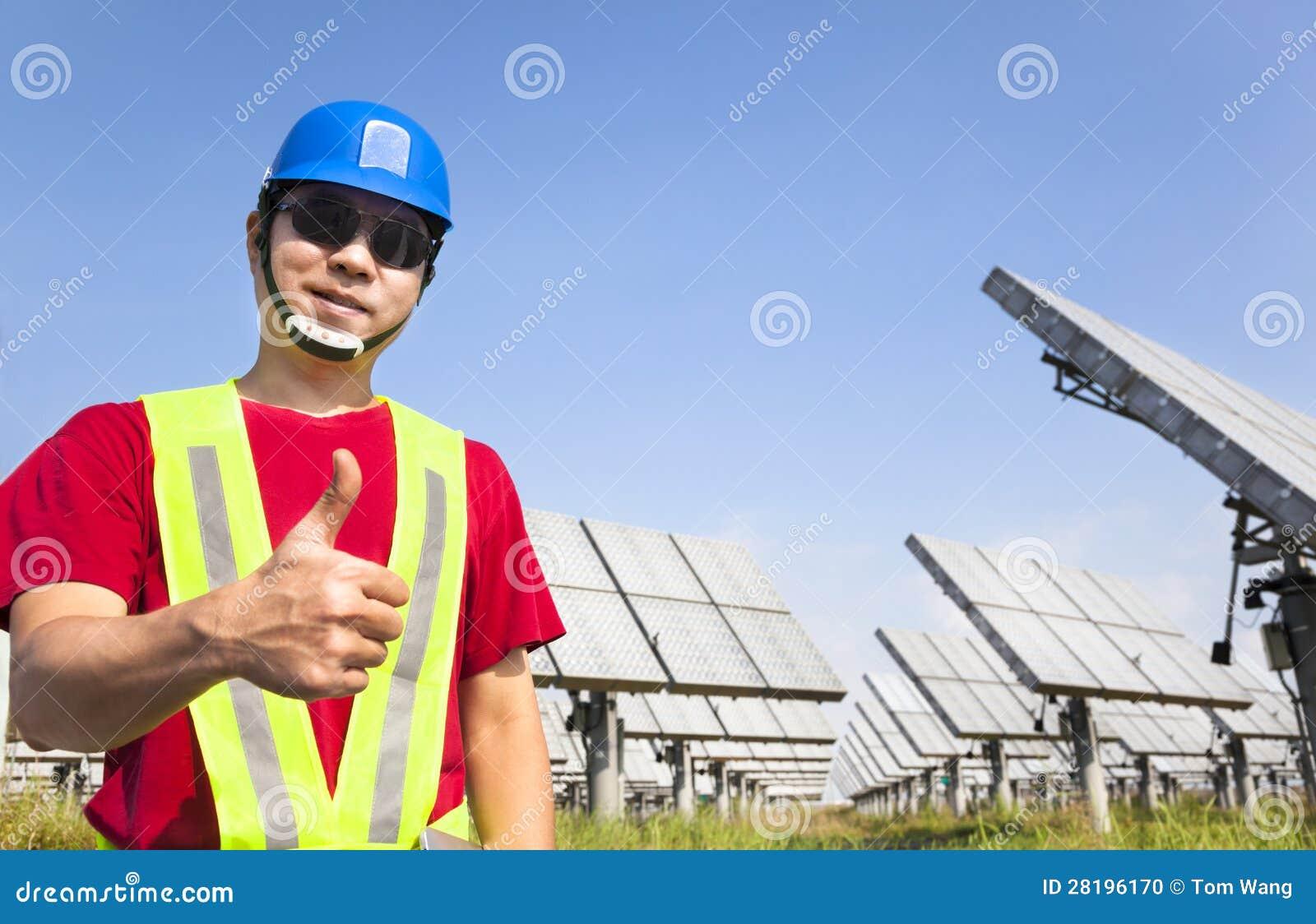 Trabalhador feliz com polegar acima