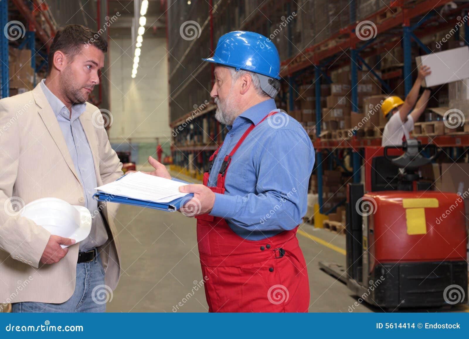 Trabalhador mais idoso do nad do gerente no armazém