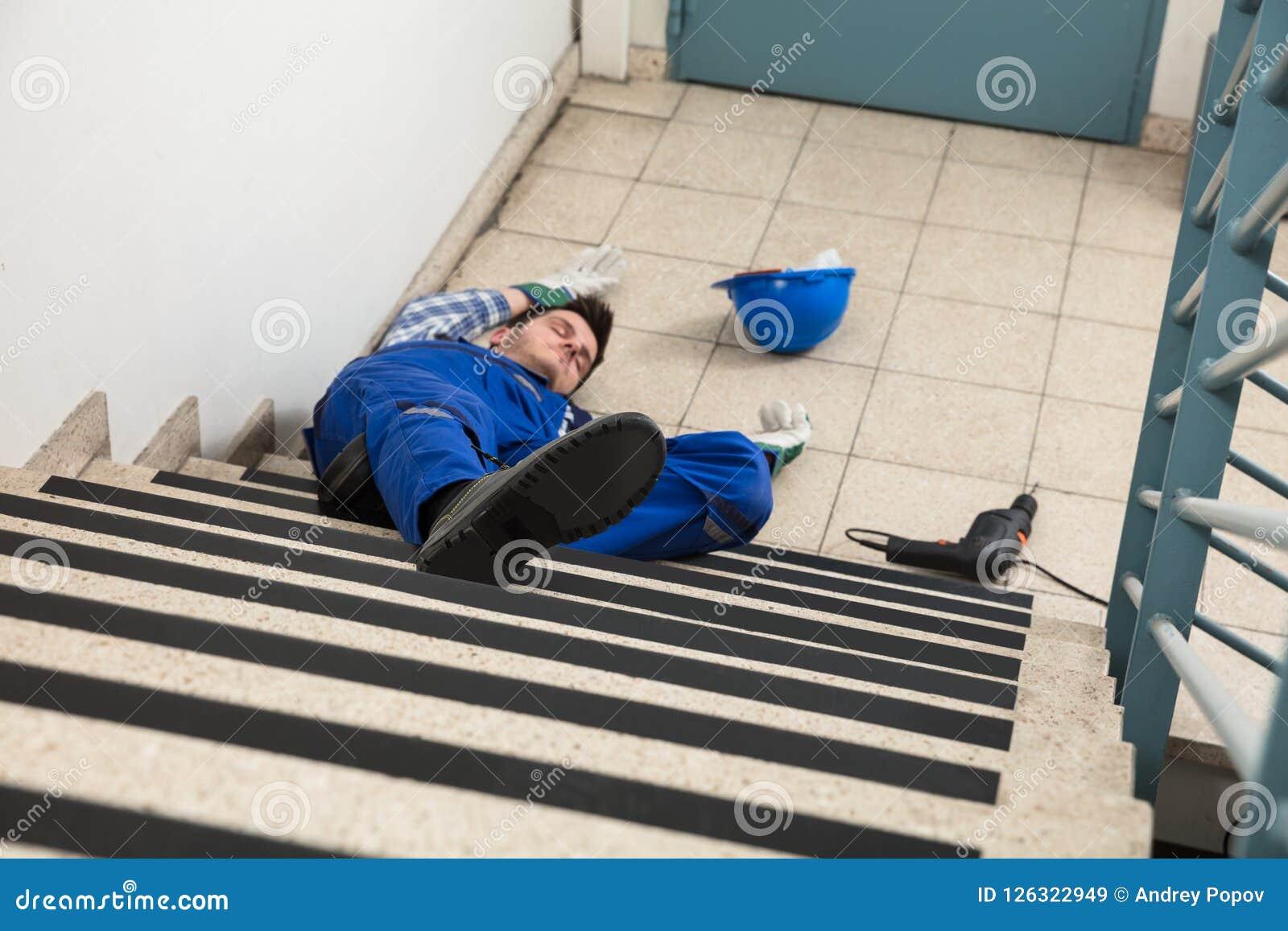Trabalhador manual Lying On Staircase