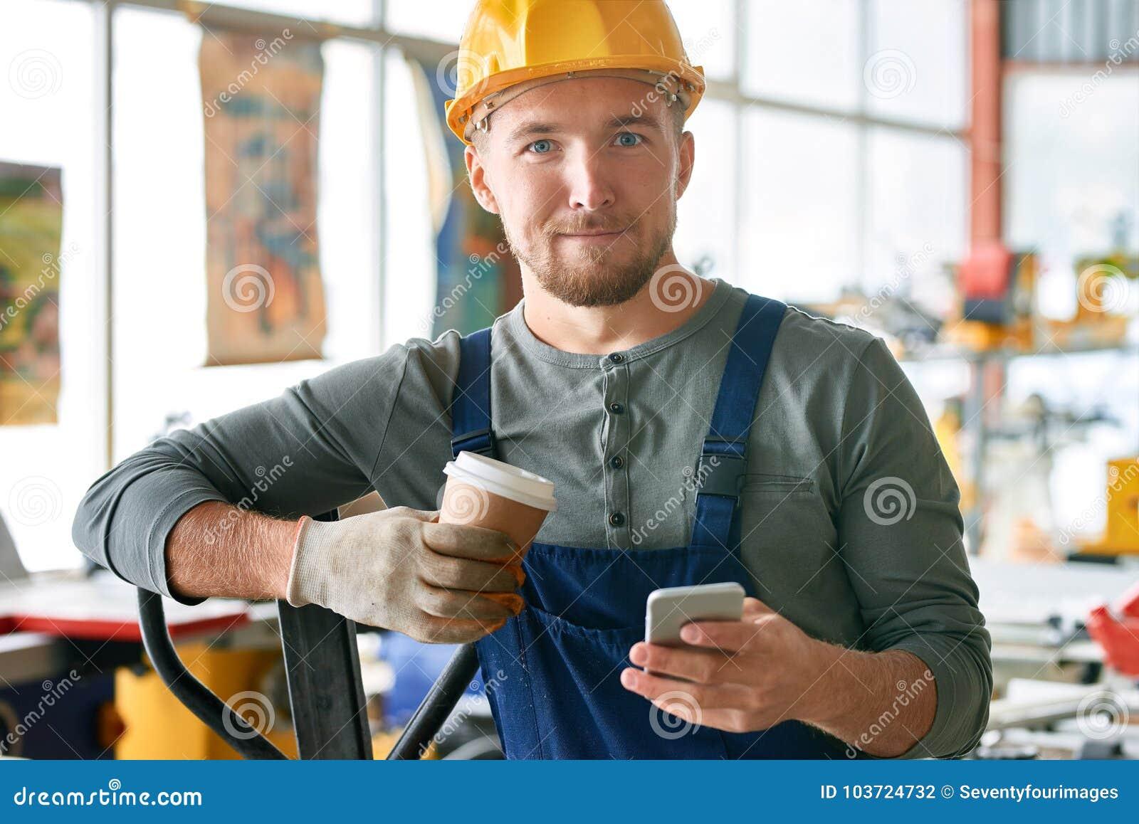 Trabalhador novo feliz na ruptura