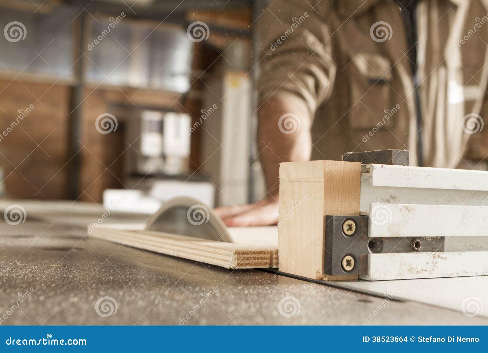 Trabalhador novo na obra de carpintaria