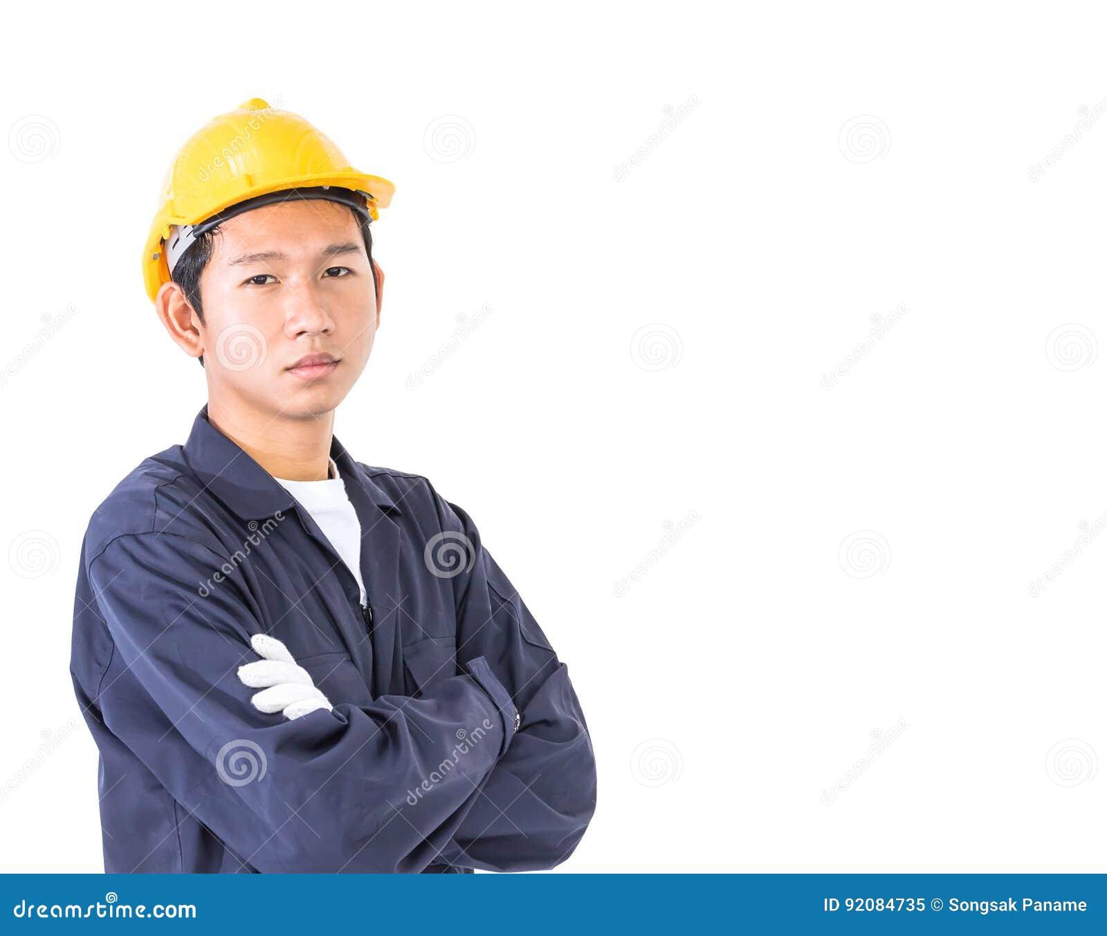 Trabalhador novo que está com o braço cruzado