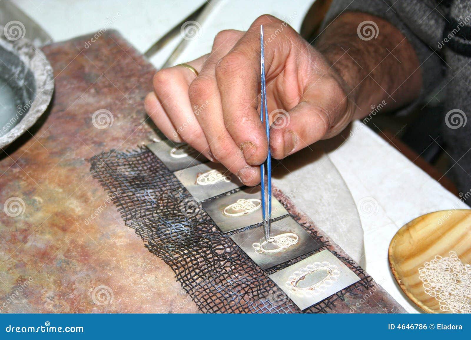 Trabalhador que faz a jóia de prata