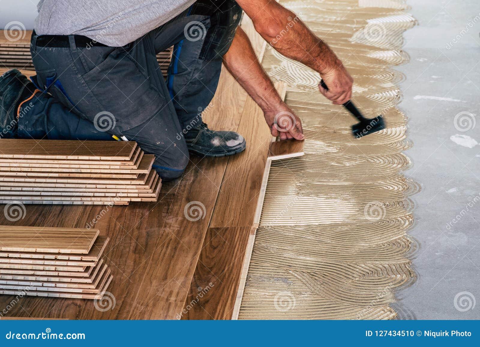 Trabalhador que instala placas de revestimento de madeira