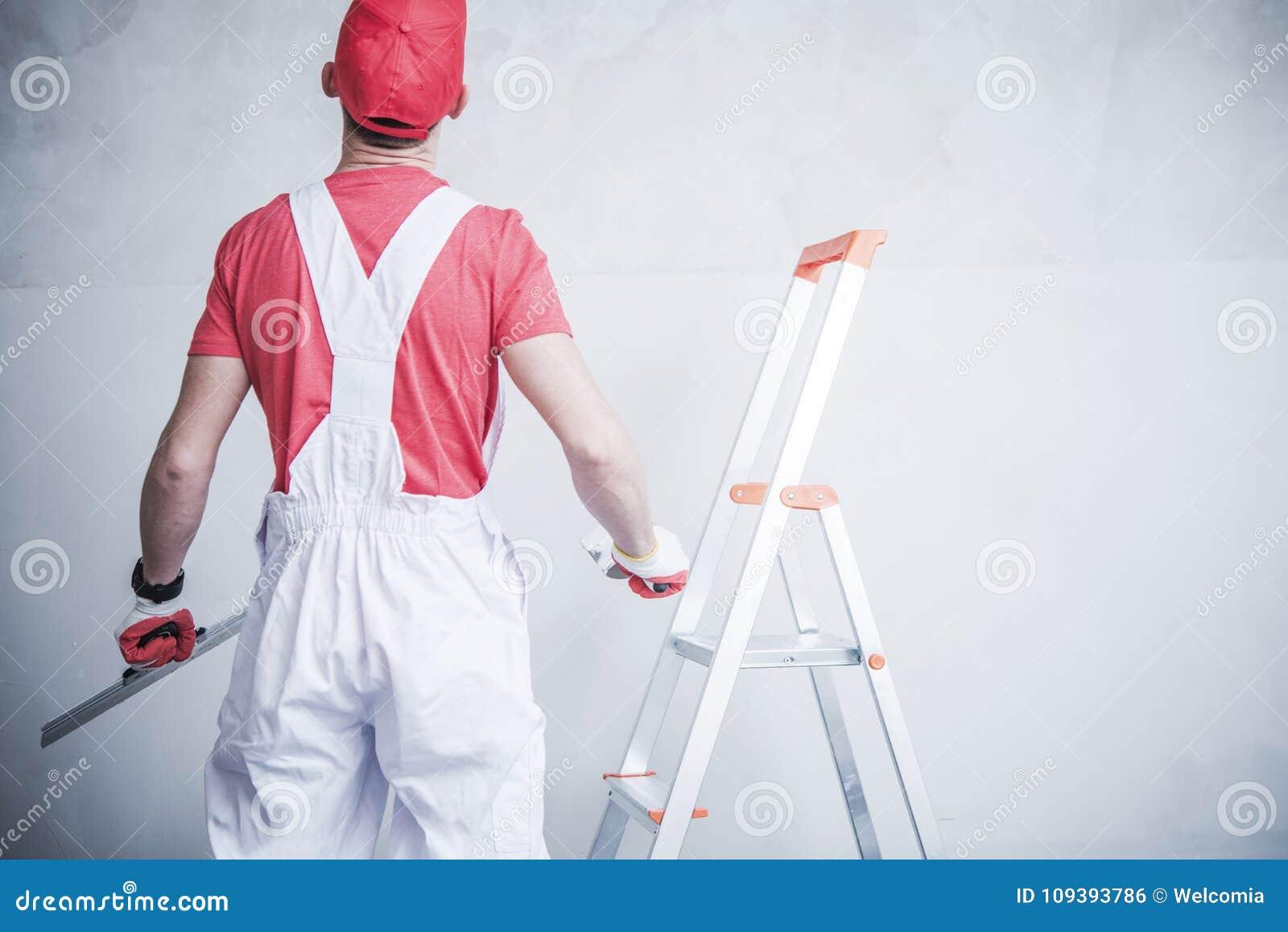 Trabalhador que prepara-se para remendar