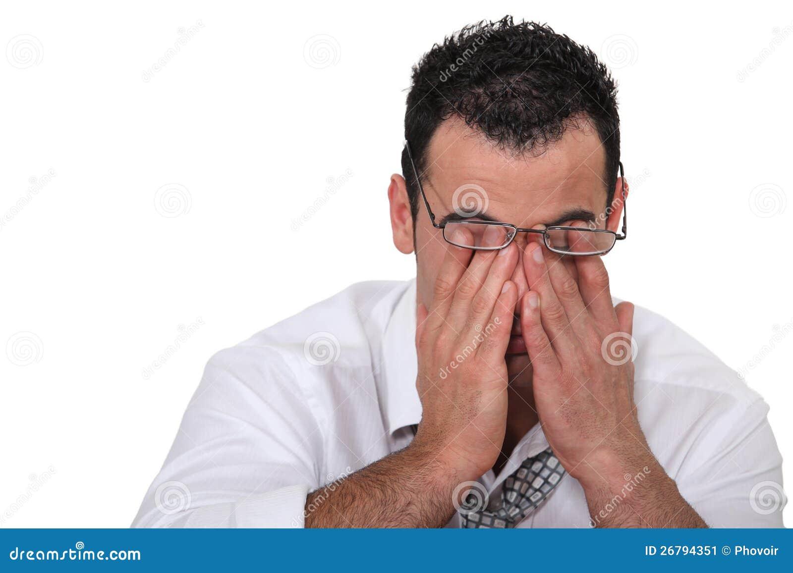 Trabalhador Tired que fricciona seus olhos