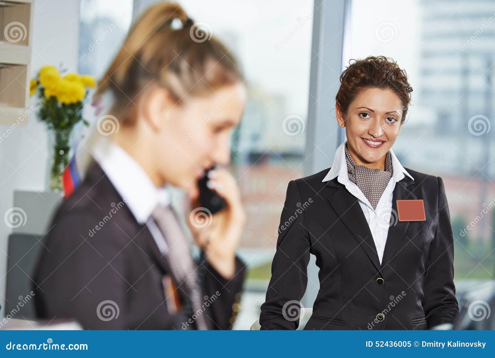 Trabalhadores do hotel na recepção