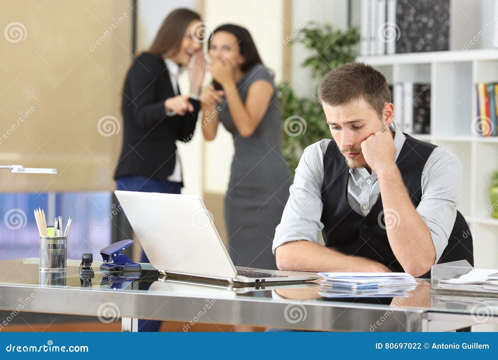 Trabalhadores que tiranizam um colega no escritório