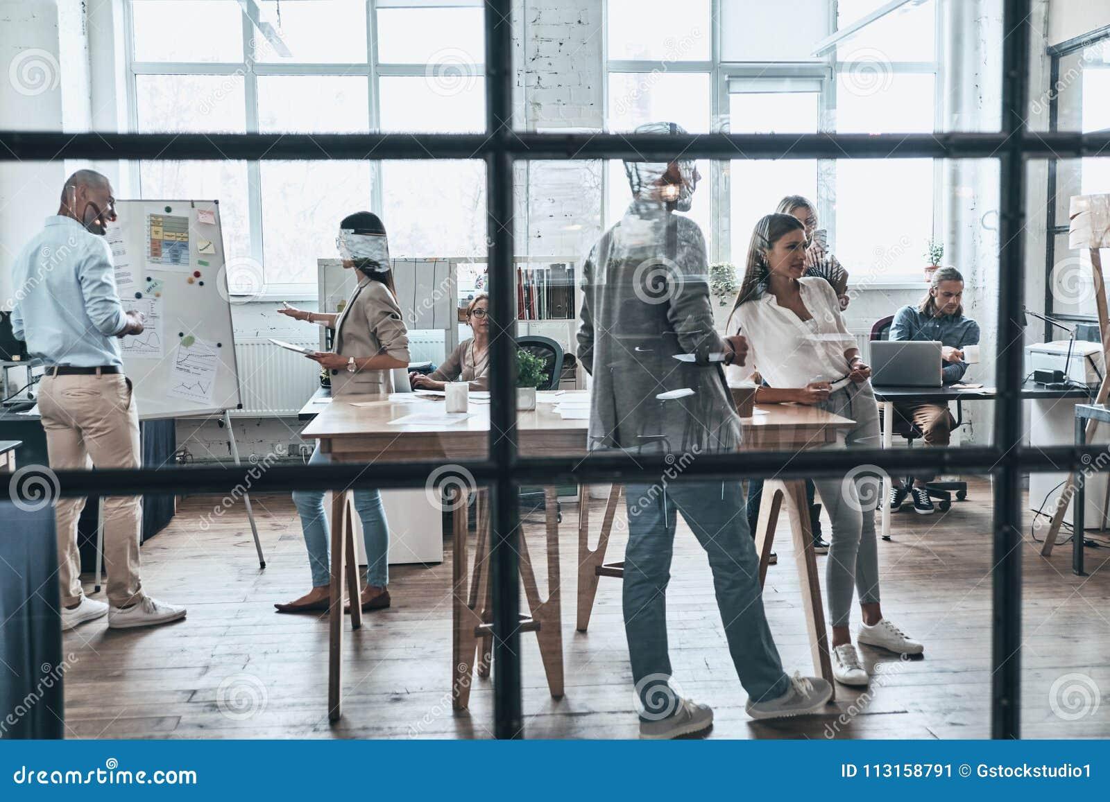 Trabalho como a equipe Grande grupo de povos modernos novos que trabalham e