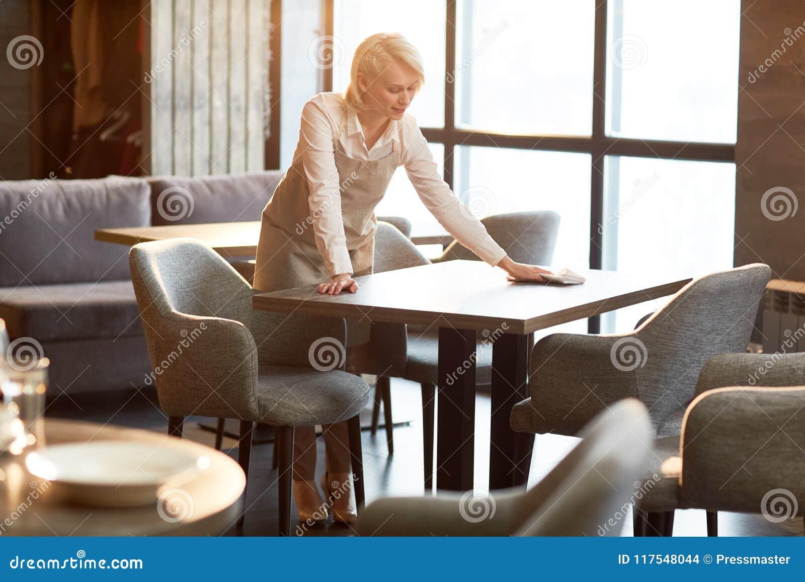 Trabalho da empregada de mesa