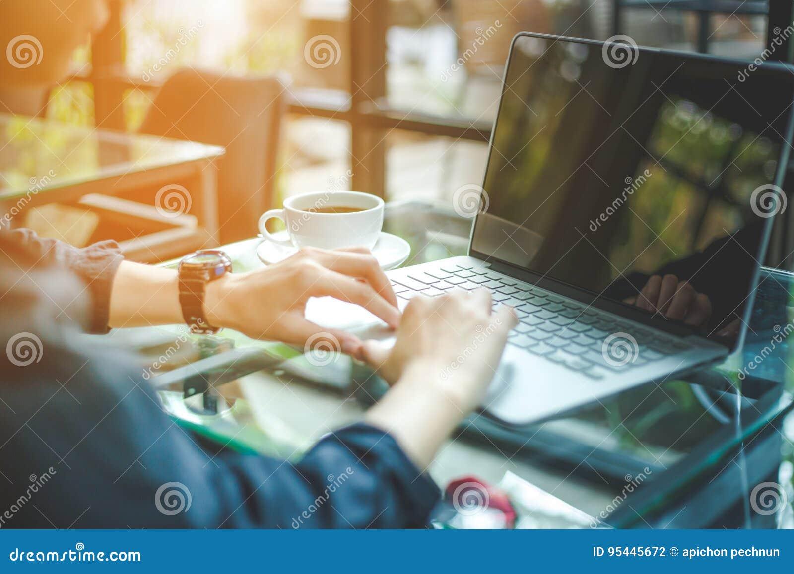 Trabalho das mulheres com os computadores no escritório