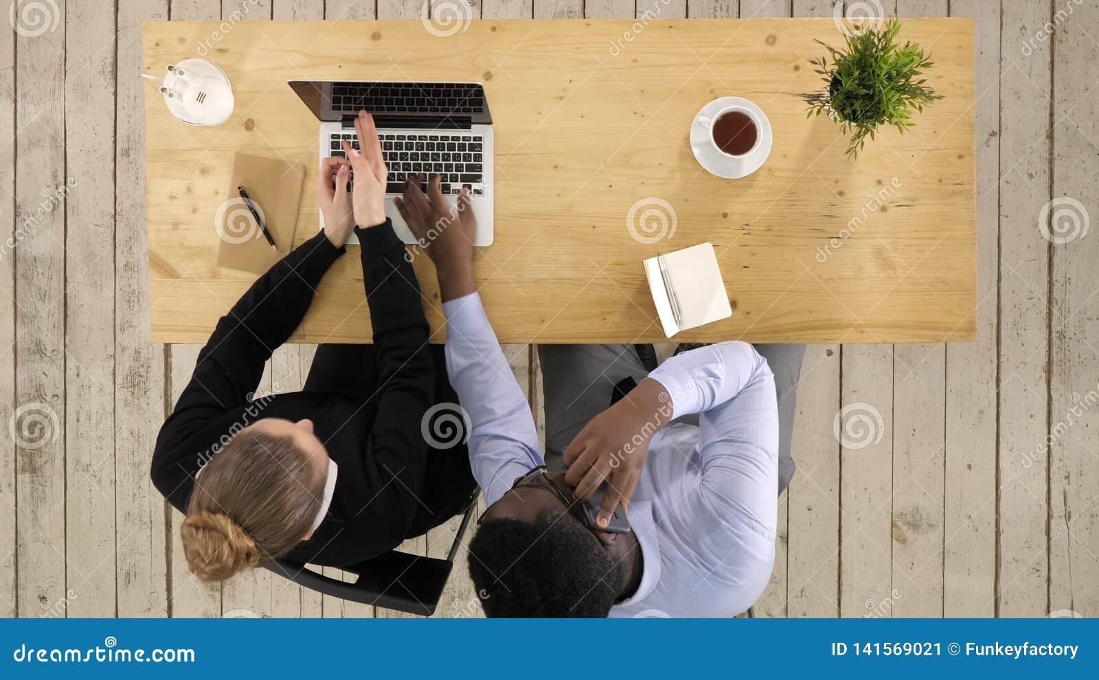 Trabalho de Making Call Team do homem de negócios de Using Laptop And da mulher de negócios