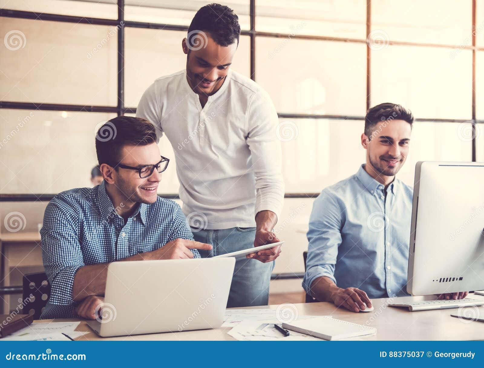 Trabalho de três homens de negócios
