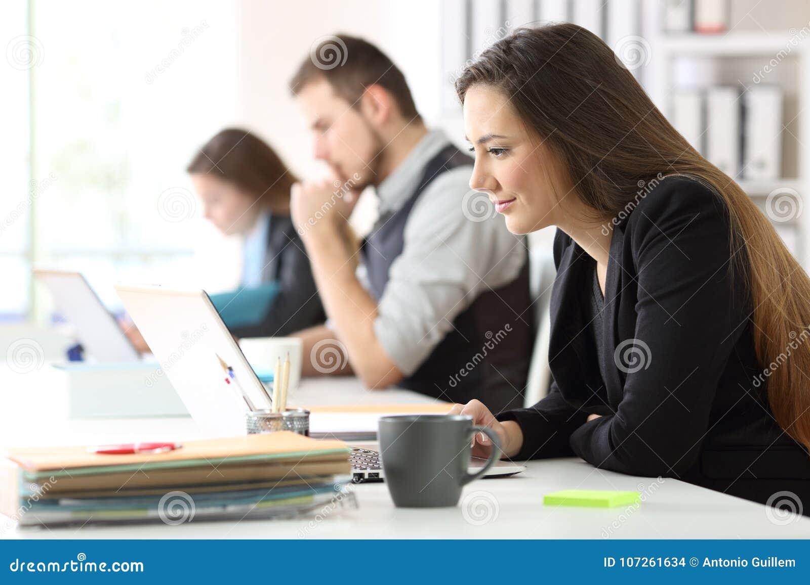 Trabalho de três trabalhadores de escritório