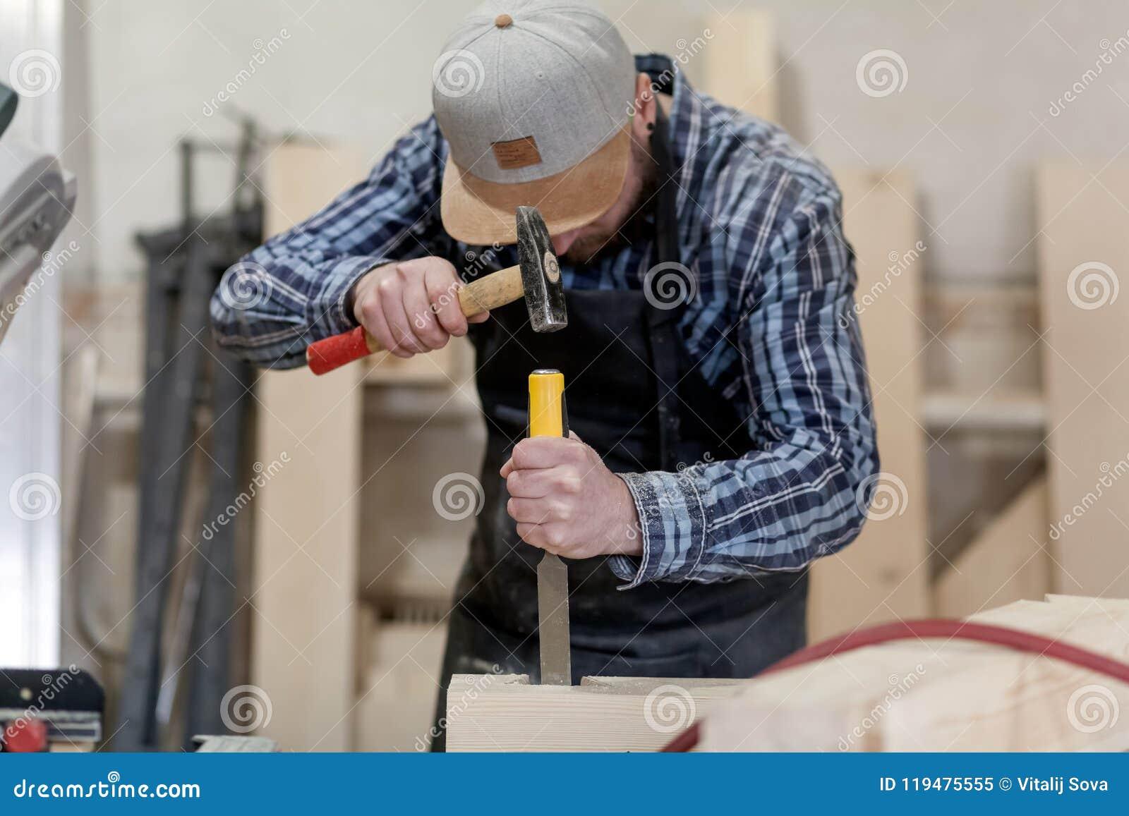 Trabalho do carpinteiro com de madeira